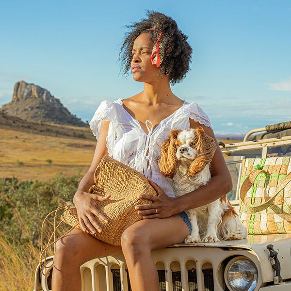 Panier en raphia avec femme à Madagascar