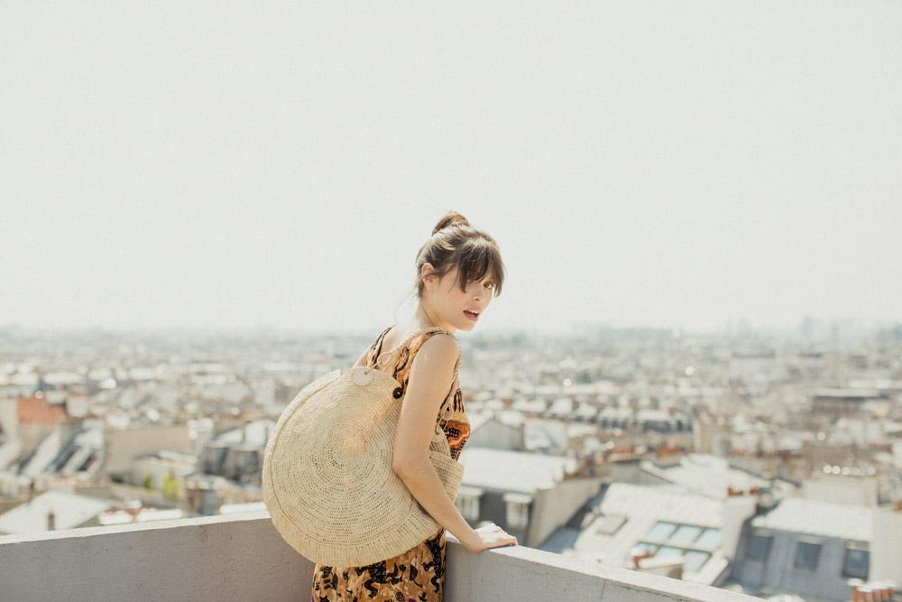 Sac en raphia sur les toits de Paris